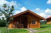 Stamsried, Ferienhäuser, Holzblockhäuser im Feriendorf,